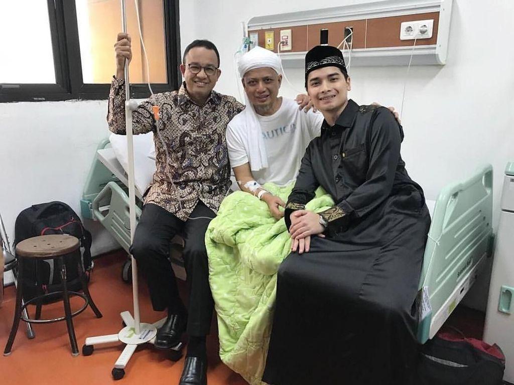 Pada Senin (7/1), Muhammad Alvin Faiz, anak Ustaz Arifin Ilham, mengunggah foto saat sang ayah dijenguk Gubernur DKI Anies Baswedan. Anies mengatakan foto itu adalah saat dia menjenguk Ustaz Arifin Ilham pada 25 Desember 2018. Anies kembali menjenguk Arifin Ilham pada Selasa (8/1). (Foto: Instagram alvin_411)