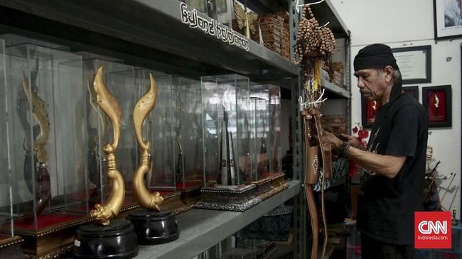 Pengetahuan Wahyu terhadap kujang didapat dari Anis Djatisunda. Wahyu sendiri tertarik dengan Kujang karena memiliki keunikan dan merupakan salah satu budaya yang ditinggalkan dari leluhur asli Sunda.(CNN Indonesia/Harvey Darian)