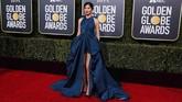 Gemma Chan memilih gaun halter neck dengan rok mengembang dan slit tinggi berwarna biru dari Valentino Haute Couture. (REUTERS/Mike Blake)