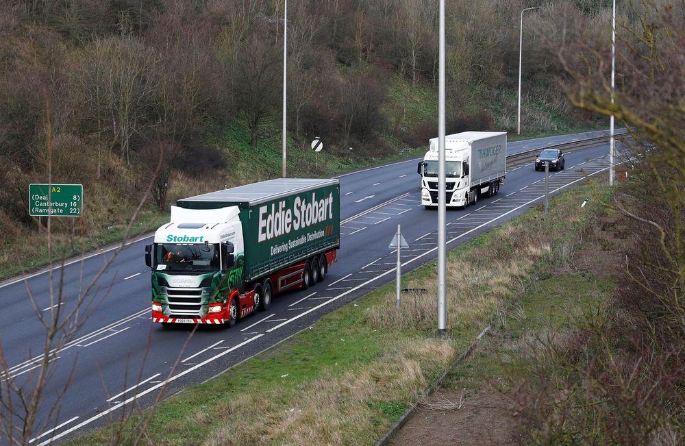 Truk tiba di Pelabuhan Dover, Kent, Inggris hari Senin (7/1/2018). Inggris mulai melakukan uji coba perjalanan menuju pelabuhan Dover sebagai antisipasi jika tidak ada kesepakatan mengenai Brexit tercapai. (REUTERS/Peter Nicholls)