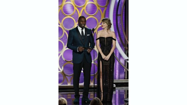 Penyanyi Taylor Swiftmemakai gaun hitam seksioff shoulder dan potongan paha yang tinggi dari Versace. Pop Sugar menyebut ini merupakan gaya yang paling berani dari pelantun lagu Shake It Off ini. Paul Drinkwater/NBC Universal/Handout via REUTERS