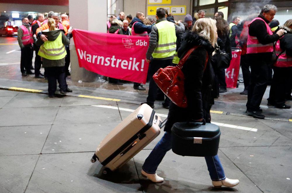 Personel keamanan di bandara Tegel dan Schönefeld Berlin telahmelakukan pemogokan selama empat jam sehingga menyebabkan pembatalan dan keterlambatan penerbangan di ibu kota Jerman itu. (REUTERS/Fabrizio Bensch)