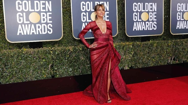 Aktris Halle Berry yang sudah berusia 52 tahun ini memakai gaun berwarna merah anggur rancangan Zuhair Murad. Gaun transparan bercorak garis-garis ini memiliki belahan dada dan paha yang tinggi.REUTERS/Mike Blake