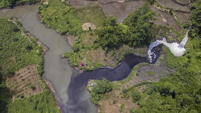 Foto udara limbah industri di Sungai Cihaur yang bermuara ke Sungai Citarum di Kecamatan Padalarang, Kabupaten Bandung Barat, Jawa Barat, 11 April 2018. Sungai Citarum memiliki tiga masalah akut: limbah, sampah, dan banjir. (ANTARA FOTO/Raisan Al Farisi)