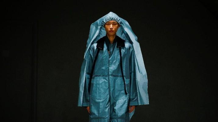 Unik, Perancang Busana Ini Pamerkan Baju dari Plastik Kresek