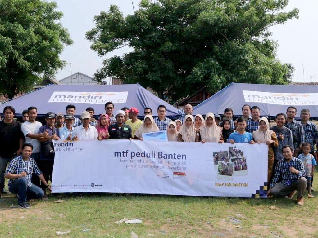 Beginilah suasana penyerahan bantuan dan kebahagiaan warga korban yang terdampak tsunami selat sunda, di Banten saat menerima bantuan. Foto: dok. MTF