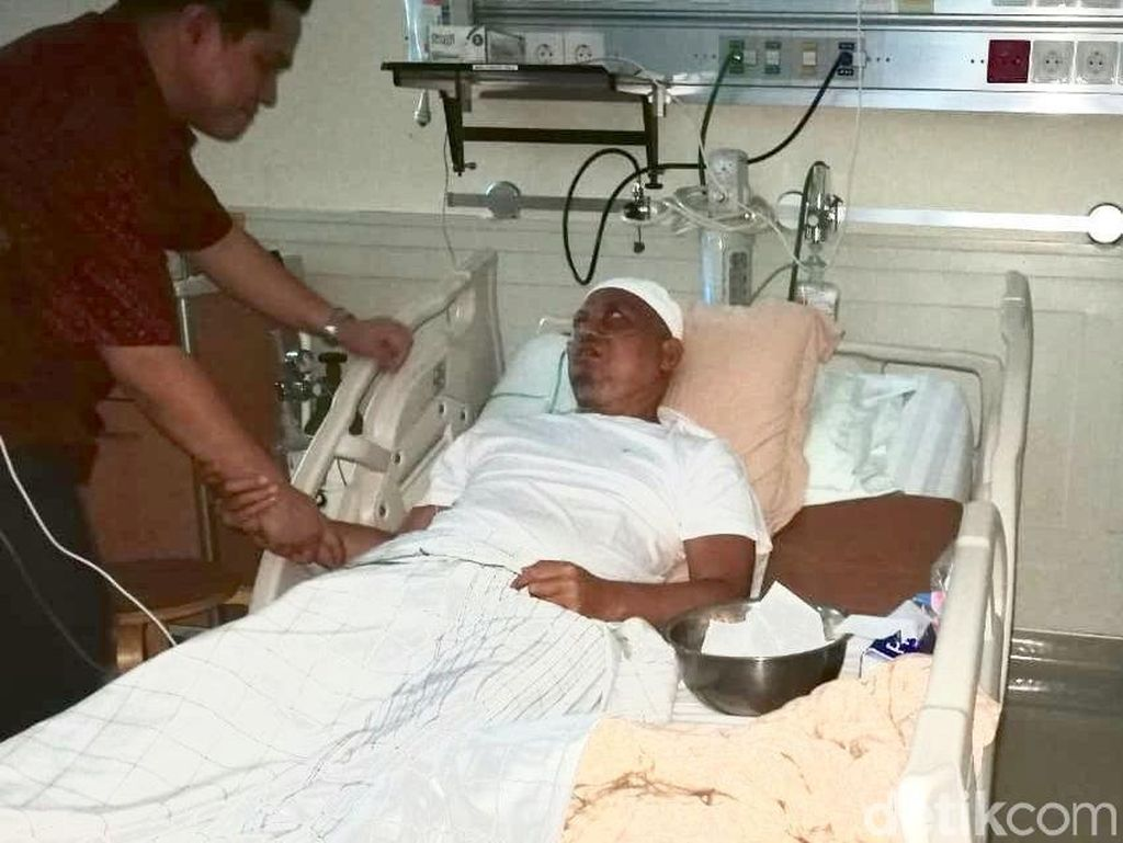 Ketua Tim Kampanye Nasional (TKN) Erick Thohir menjenguk Ustaz Arifin Ilham yang sedang dirawat di RSCM. Erick meminta masyarakat turut berdoa untuk sang ustaz. (Foto: dok. TKN Jokowi-Maruf)