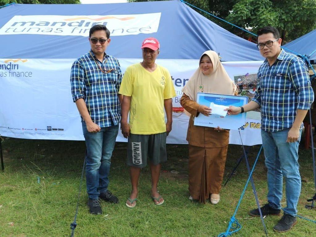 Bantuan tersebut diserahkan langsung oleh Deputy Director MTF, Perana Citra dan William Francis di Desa Teluk, Labuan, Banten (7/1). Foto: dok. MTF
