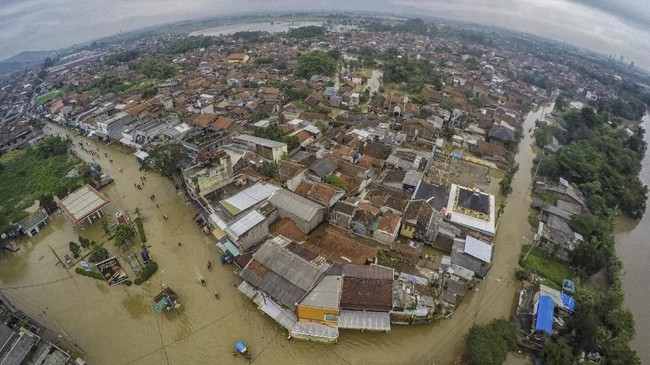 Foto udara permukiman terdampak banjir di Dayeuh Kolot, Kabupaten Bandung, Jawa Barat, 26 Februari 2018. (ANTARA FOTO/Raisan Al Farisi)