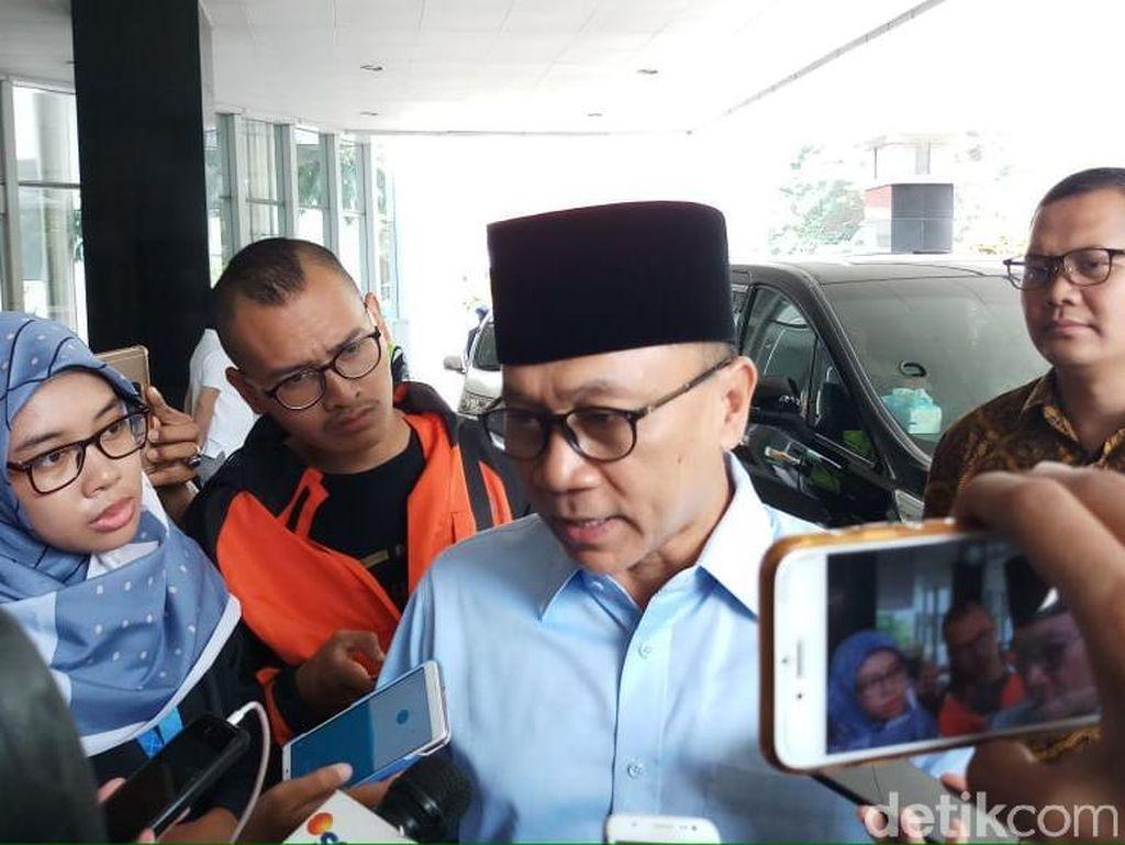 Ketua MPR Zulkifli Hasan saat menjenguk Ustaz Arifin Ilham di RSCM Kencana (Foto: Farih Maulana/detikcom)