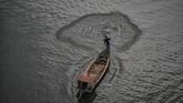 Nelayan mencari ikan di Sungai Citarum kawasan Rajamandala, Kabupaten Bandung Barat, Jawa Barat, 11 Februari 2018. (ANTARA FOTO/Raisan Al Farisi)