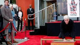 Sam Elliott Mematri Cap Tangan di Hollywood