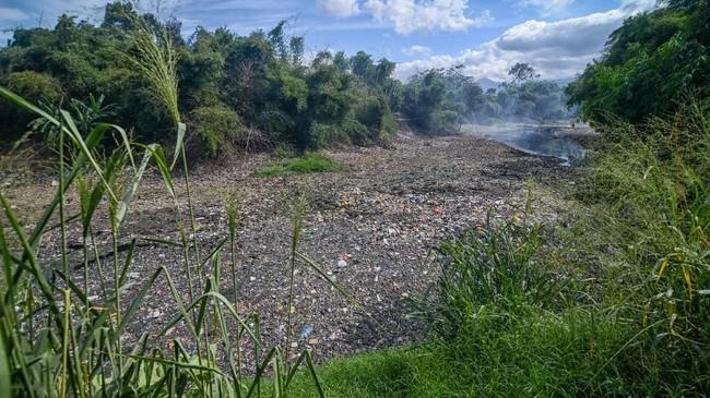 Kondisi sampah yang menumpuk di Sungai Citarum Lama, Margaasih, Kabupaten Bandung, 30 Desember 2018. Data dari Dinas Lingkungan Hidup Provinsi Jawa Barat mencatat setiap harinya Sungai Citarum menerima 1.500 ton sampah baik sampah rumah tangga maupun limbah industri. (ANTARA FOTO/Raisan Al Farisi)