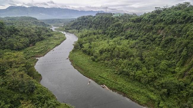 Lansekap Sungai Citarum di kawasan Rajamandala, Kabupaten Bandung Barat, 15 Januari 2018. Program Citarum Harum dicetuskan pemerintah pusat melalui Kemenko Maritim. (ANTARA FOTO/Raisan Al Farisi)