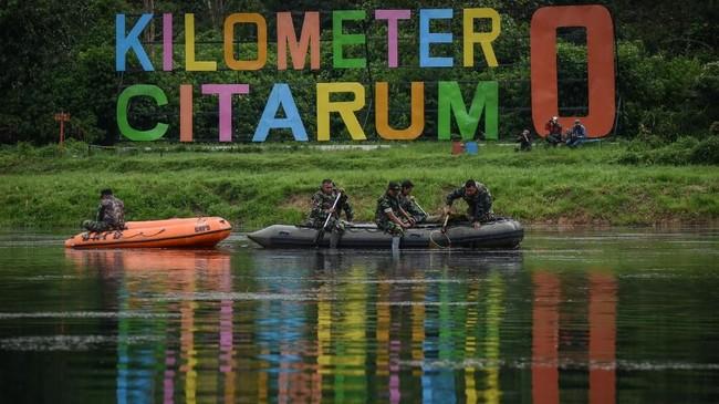 Anggota TNI mengambil sampah saat melakukan patroli bersih di Kawasan Hulu Sungai Citarum, Situ Cisanti, Kabupaten Bandung, Jawa Barat, 13 Maret 2018. Sejak Januari 2018 program Citarum Harum digalakkan untuk memulihkan kondisi sungai terpanjang di Jabar tersebut.(ANTARA FOTO/Raisan Al Farisi)