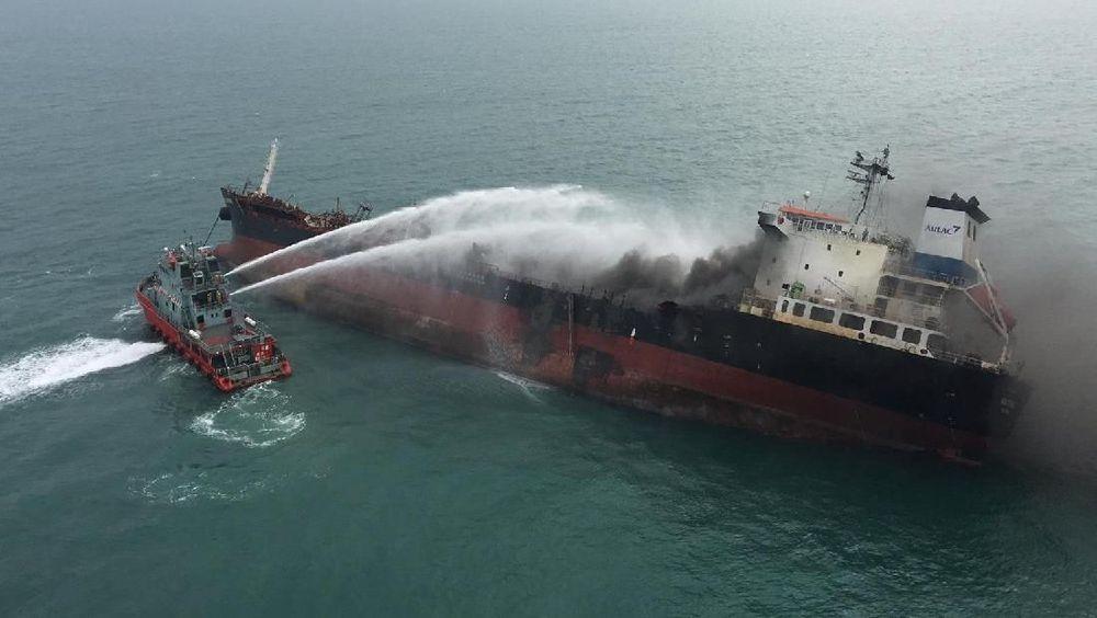 Sebuah kapal tanker minyak terbakar di dekat pulau Lamma, Hong Kong, China (8/1/2018).Kapal bernama Aulac Fortune terbakar sekitar 1,6 kilometer di selatan Pulau Lamma.(Government Flying Service/Handout via REUTERS)