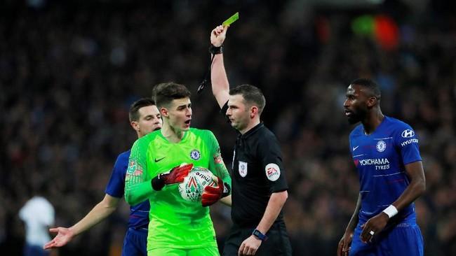Kiper Kepa Arrizabalaga yang dianggap jelas melakukan pelanggaran kepada Harry Kane diberikan kartu kuningh olehwasit Michael Oliver. (Action Images via Reuters/Andrew Couldridge)