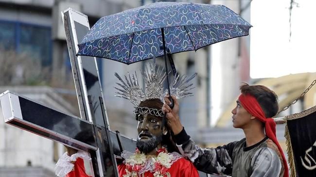 Sekitar 80 persen dari 100 juta penduduk Filipina adalah Katolik, dan jajahan Spanyol ini dikenal memiliki festival keagamaan yang penuh warna. (REUTERS/Eloisa Lopez)