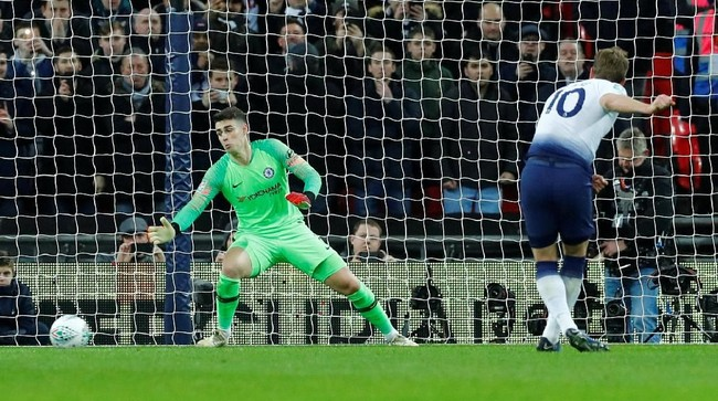 Tanpa kesulitan Harry Kane menuntaskan tugasnya sebagai eksekutor penalti dengan baik pada menit ke-26. Tendangan kaki kanan Kane ke sisi kanan gawang membuat kiper Kepa terkecoh. (REUTERS/Eddie Keogh)