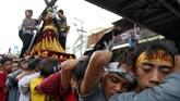 Sebelum perayaan puncak dilaksanakan pada 9 Januari, patung Black Nazarene itu telah diarak pada beberapa hari sebelumnya. (REUTERS/Eloisa Lopez)
