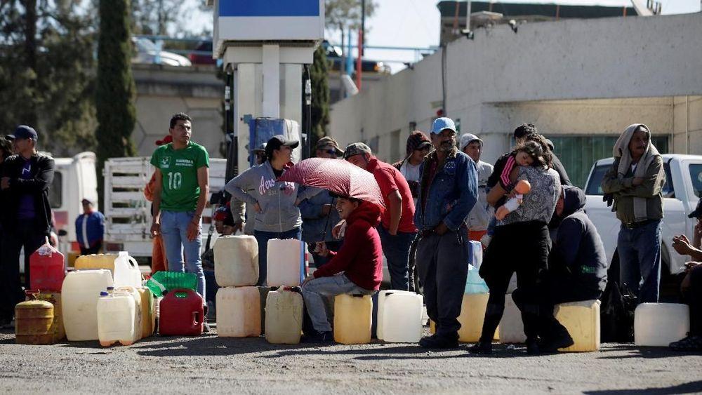 Warga mengantre untuk membeli bensin di sebuah pompa bensin di Salamanca, negara bagian Guanajuato, Meksiko, 8 Januari 2019. REUTERS / Daniel Becerril