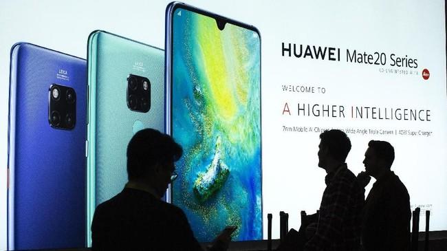 Sementara itu, Huawei pamer ponsel flagship terbarunya Mate 20 Series yang masih mengadandalkan multi kamera belakang.(AFP/ David McNew)