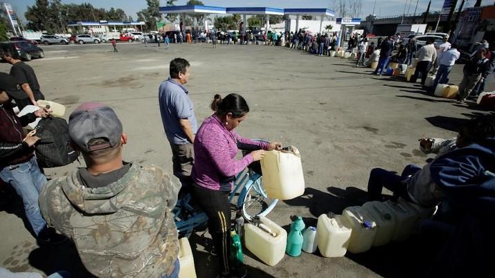 BBM Langka Karena Dicuri, Antrean Mengular di SPBU Meksiko