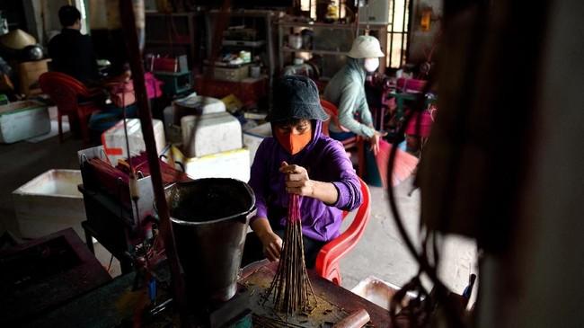 Desa ini menjadi produsen dupa untuk seluruh kawasan Vietnam, tak heran jika desa ini didominasi warna merah.