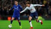 Gelandang Chelsea Eden Hazard (kiri) tujuh kali dilanggar pemain Tottenham dalam laga tersebut. Itu merupakan pelanggaran terbanyak yang didapat Hazard dalam satu pertandingan di musim ini. (Action Images via Reuters/Andrew Couldridge)