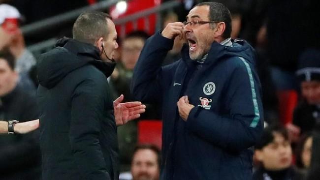 Manajer Chelsea Maurizio Sarri (kanan) berdebat dengan wasit keempatKevin Friend di pinggir lapangan. Sarri mengecam posisi Harry Kane yang lebih dulu offside sebelum mendapatkan penalti dan akhirnya mencetak gol. (Action Images via Reuters/Andrew Couldridge)