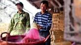 Setiap rumah di desa ini berperan menciptakan batang yang bisa berfungsi sebagai aroma terapi dan medium untuk sembahyang.