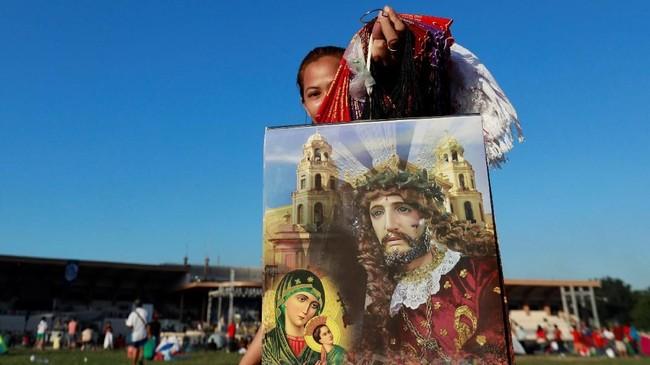 Dalam perayaan Black Nazarene, patung Yesus tersebut dipindahkan dengan cara ditempatkan di atas sebuah kendaraan dan ditarik tali juga didorong dari belakang. Para jemaah pun berlomba menyentuh setiap bagian dari kendaraan Black Nazarene. (REUTERS/Soe Zeya Tun)