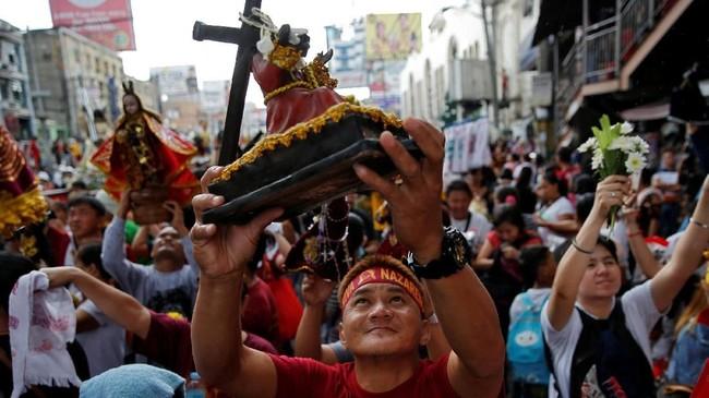 Banyak peserta mengaku datang ke festival tersebut adalah sebagai bentuk syukur dan menyebut patung Yesus tersebut pernah menyembuhkan banyak orang sakit. (REUTERS/Eloisa Lopez)