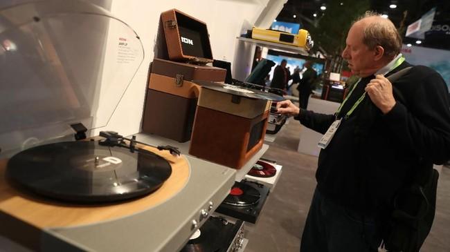 Salah satu peserta pameran, ION memamerkan pemutar piringan hitam yang bisa memutar lagu lawas namun kualitas suara jauh lebih jernih.(Justin Sullivan/Getty Images/AFP)