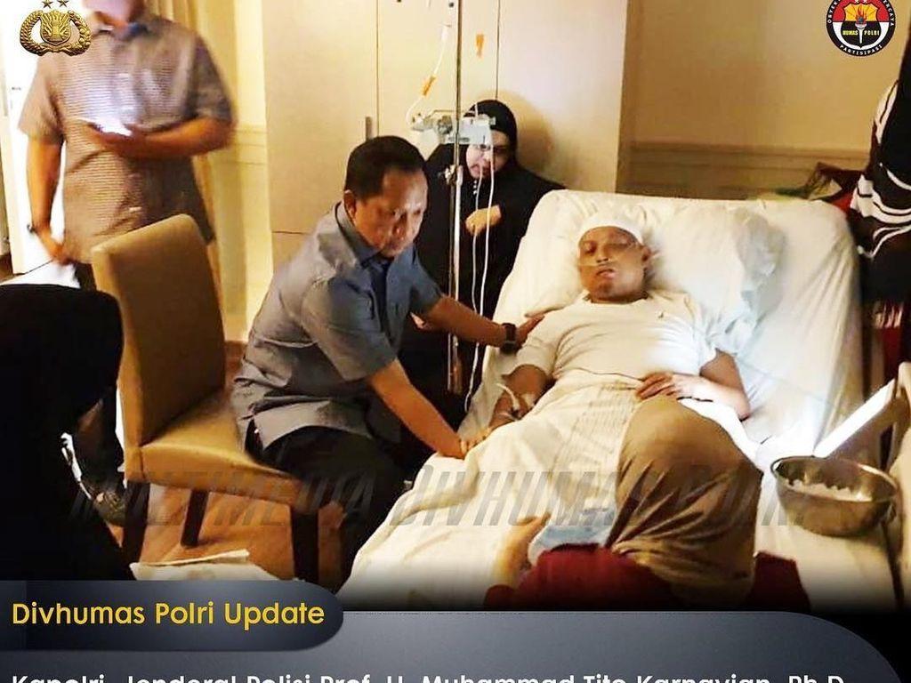 Kapolri Jenderal Tito Karnavian sempat menjenguk Ustaz Arifin Ilham. Tito mendoakan kesembuhan pimpinan Ponpes Az Zikra itu (Instagram @divisihumaspolri)