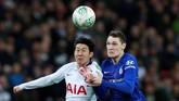 Tottenham dan Chelsea memulai pertandingan Derbi London itu dengan sengit. Dalam laga tersebut Son Heung-min (kiri) tampil selama 79 menit sementara Andreas Christensen bermain penuh. (Action Images via Reuters/Andrew Couldridge)