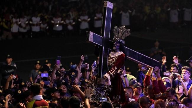 Setiap 9 Januari, jutaan umat Katolik di Manila, Filipina, berdesak untuk menyentuh 'Black Nazarene', patung Yesus berkulit gelap yang membawa salib hitam. (REUTERS/Eloisa Lopez)