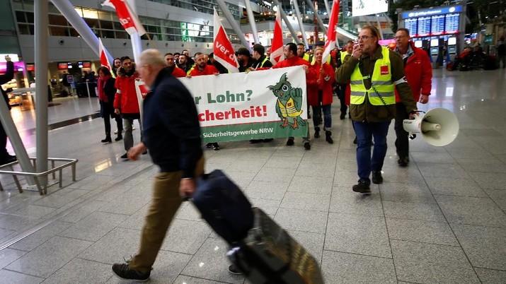 Serikat pekerja menuntut kenaikan gaji hingga 20 euro atau sekitar Rp 324.000 per jam