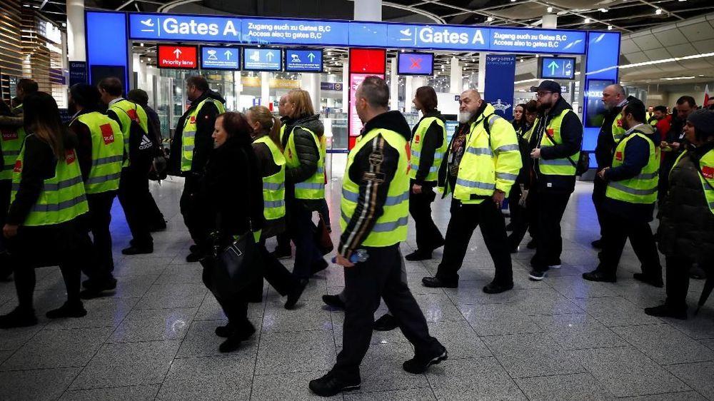 Serikat pekerja menuntut kenaikan gaji hingga 20 euro atau sekitar Rp 324.000 per jam sebelum dipotong pajak. (Reuters/Wolfgang Rattay)