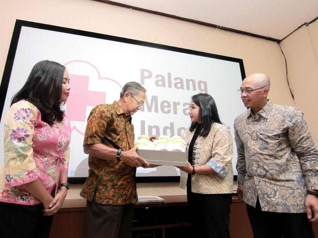 Senior Director & Country General Manager Herbalife Nutrition Indonesia Andam Dewi (kanan) berbincang dengan Ketua Harian Palang Merah Indonesia Ginandjar Kartasasmita (kiri) seusai menyerahkan donasi senilai Rp 902 juta. Istimewa.