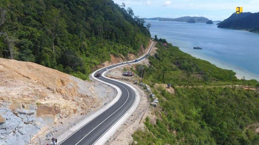 Kementerian Pekerjaan Umum dan Perumahan Rakyat (PUPR) telah menyelesaikan pembangunan jalan akses sepanjang 41,08 Km ke Kawasan Strategis Pariwisata Nasional (KSPN) Wisata Mandeh yang berada di Kabupaten Pesisir Selatan, Sumatera Barat. (Biro Pers Kementerian PUPR)