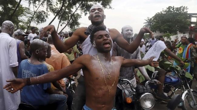 Pendukung kandidat presiden dari kelompok oposisi Kongo, Felix Tshisekedi turun ke jalan di Ibu Kota Kinshasha merayakan kemenangan dalam pemilihan presiden. (REUTERS/Kenny Katombe)