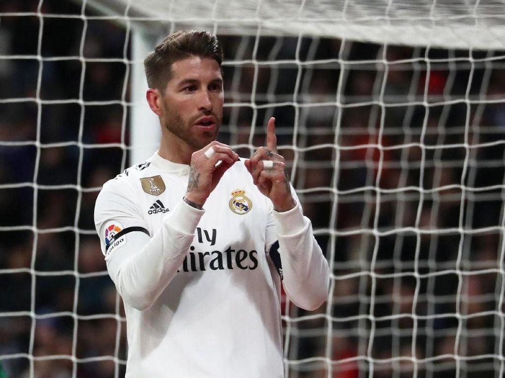 Sergio Ramos masuk di deretan bek Tim Terbaik UEFA 2018. Ia memimpin Madrid menuju gelar Liga Champions ketiga secara beruntun pada Mei 2018. Foto: Susana Vera/Reuters