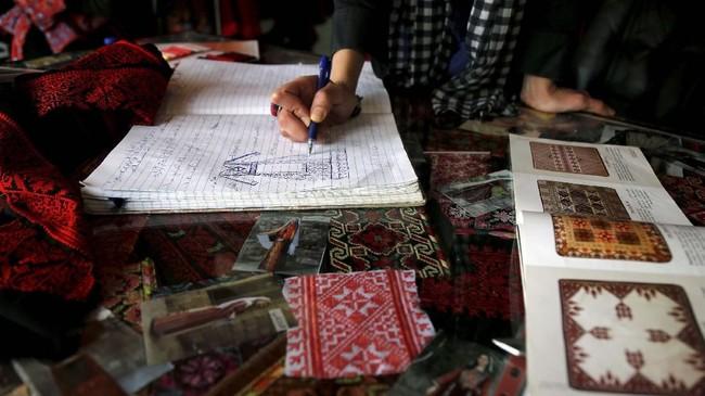 Tlaib terpilih sebagai anggota kongres teranyar. Dia mencatat sejarah sebagai anggota kongres Palestina-Amerika pertama, sekaligus sebagai salah satu perempuan Muslim pertama di jajaran tersebut. (REUTERS/Raneen Sawafta)