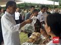 Saat Jokowi 'Wefie' dan Jajan Cilok di Ciracas