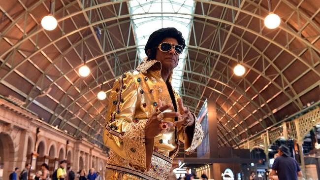 Parkes Elvis Festival adalah acara tahunan yang merayakan musik dan kehidupan seorang Elvis Presley. Pada Kamis (10/1), ribuan peniru Presley memenuhi stasiun kereta api sebagai bagian dari perjalanan menuju lokasi festival. (Photo by PETER PARKS / AFP)