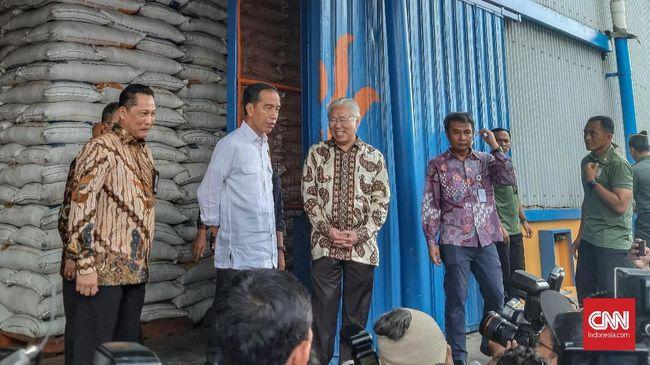 Jokowi Bantah Pasokan Beras 'Tercecer' di Luar Gudang Bulog