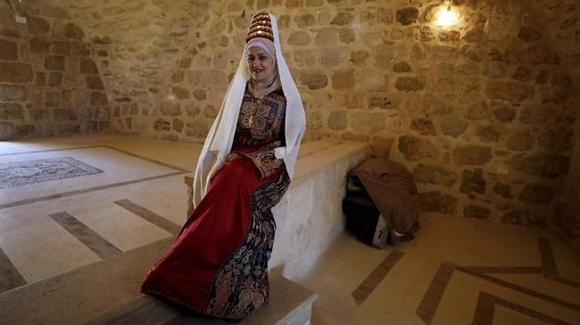 Seorang wanita Palestina mengenakanthobedan berpose di Ramallah. (REUTERS/Mohamad Torokman)