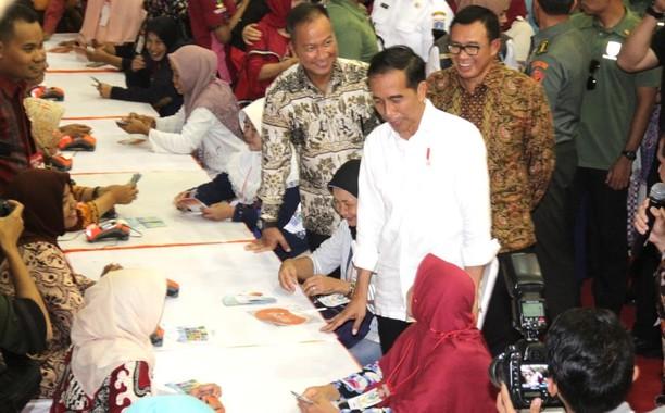 Jokowi Tinjau Penyaluran Dana Bantuan Sosial PKH