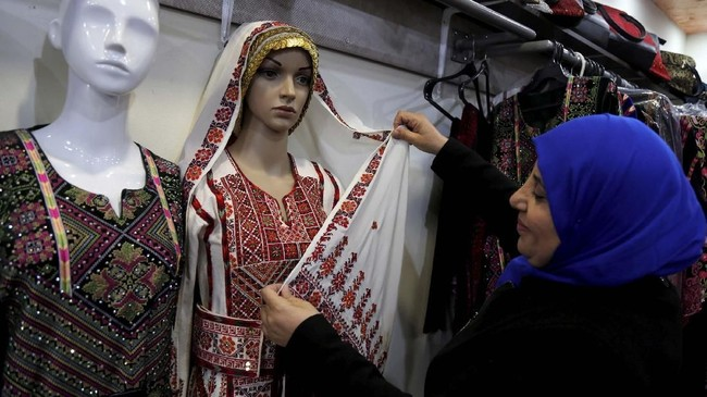 Menyambut aksi Tlaib, sontak wanita Palestina membanjiri Twitter dengan foto diri mereka yang tengah mengenakan thobe. (REUTERS/Raneen Sawafta)
